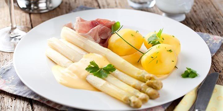 Witte asperges, ham, krieltjes, saus bij Albert Heijn