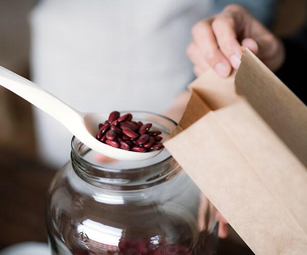 Zelf bonen scheppen in zak in een duurzame supermarkt