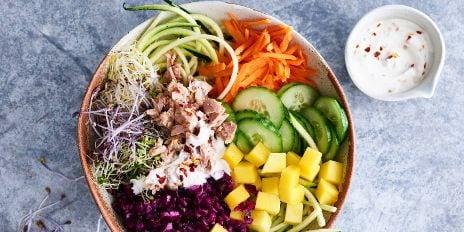Koolhydraatarme lunch: groentebowl met tonijn