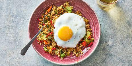 Koolhydraatarm diner: bloemkoolnasi met een gebakken eitje