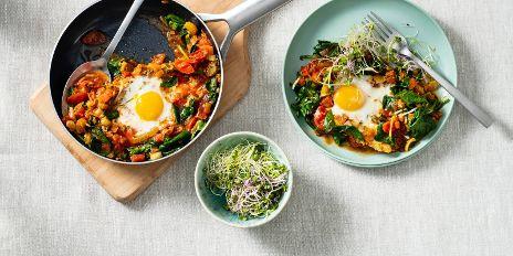 Koolhydraatarm ontbijt: gestoofde eieren met groenten