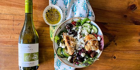 Griekse salade met gemarineerde kip