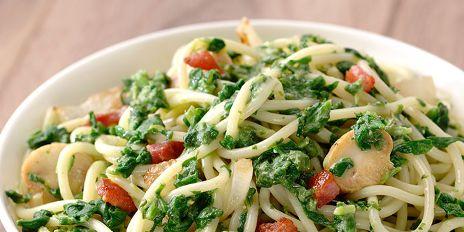 Spaghetti met een saus van spinazie en spekjes