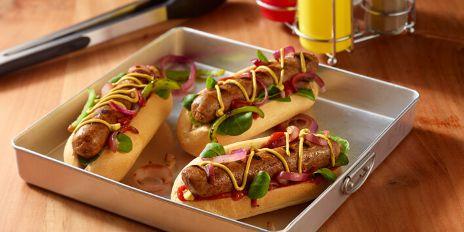 Broodje met plantaardige BBQ worst met tuinkruiden
