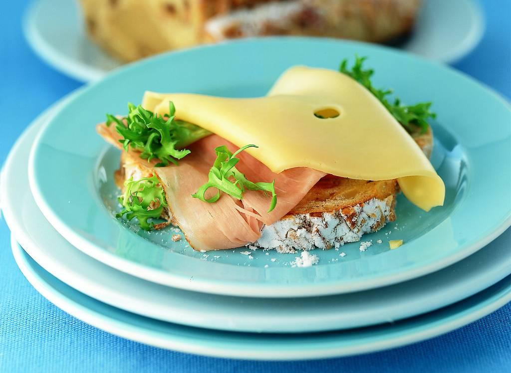 Roomboter amandel-notenstol met beenham en kaas - Albert Heijn