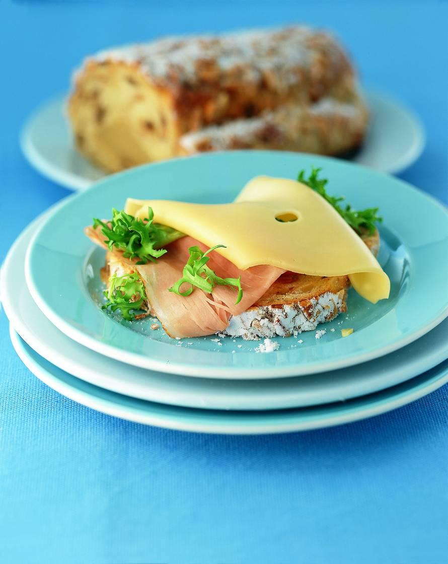 Roomboter amandel-notenstol met beenham en kaas
