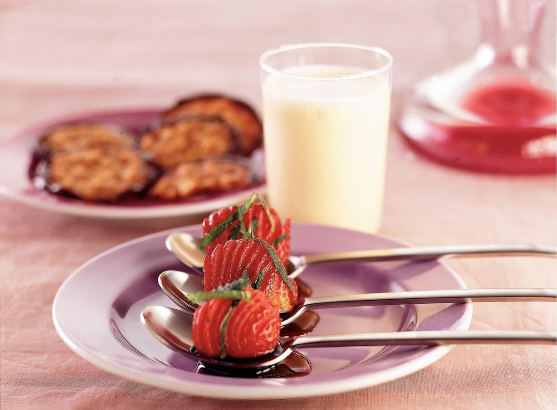 Aardbeien in rode-wijnsiroop