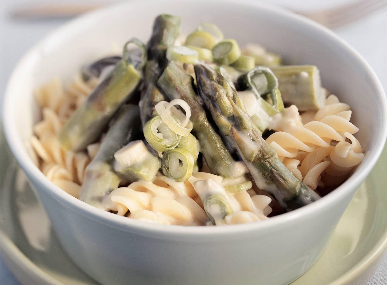 Pasta met groene asperges in kaassaus