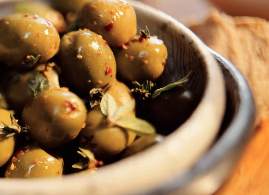 Kruidige groene olijven op Andalusische wijze