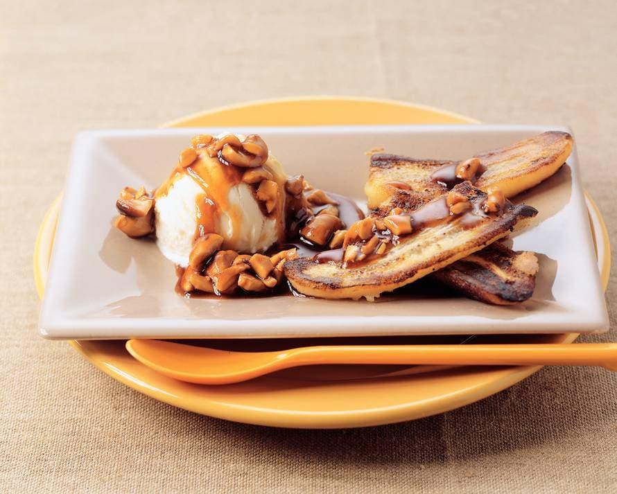 Gebakken banaan met ijs en warme cashewnotensaus