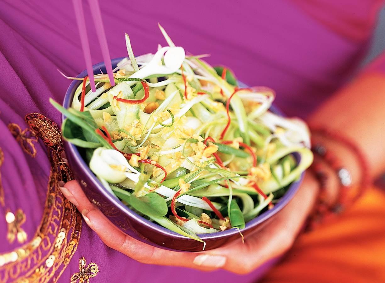 Komkommersalade met pinda-limoendressing