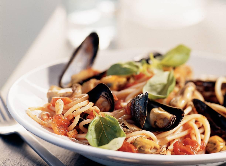 Spaghetti met pittige tomaten-mosselsaus en basilicum
