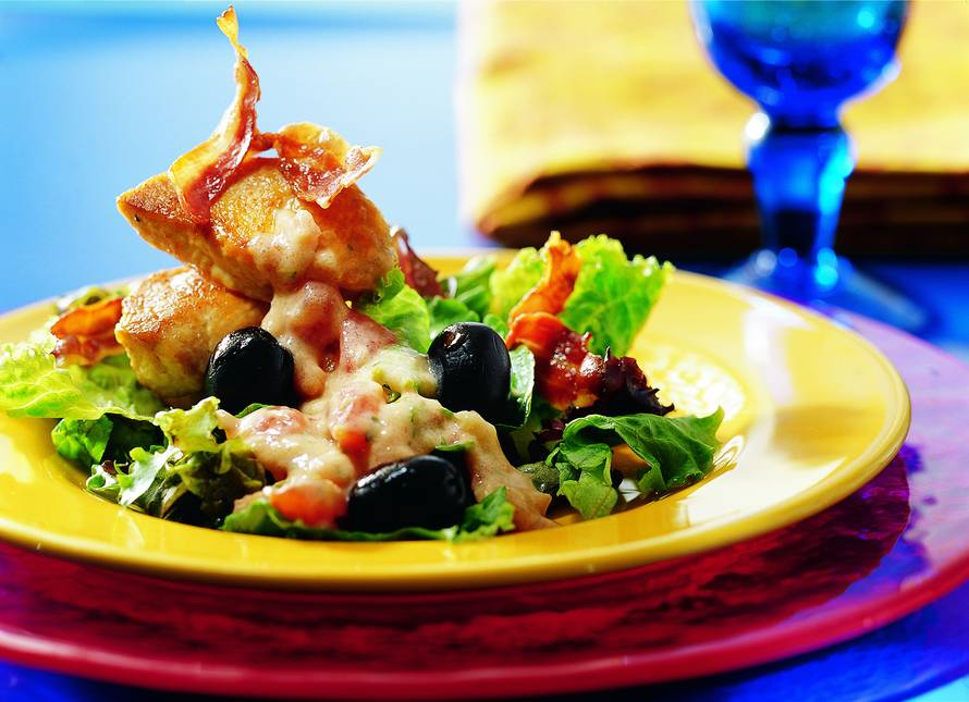 Lauwwarme salade van kalkoenmedaillons in tomaat-dragonsaus