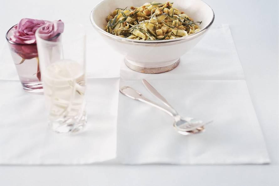 Groene tagliatelle met blauwe-kaassaus en croutons
