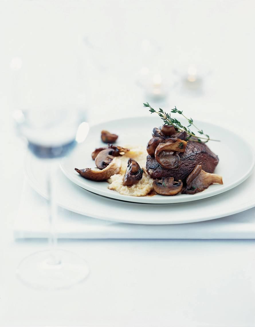 Hertenbiefstuk met romige zuurkoolpuree en gebakken paddenstoelenmelange