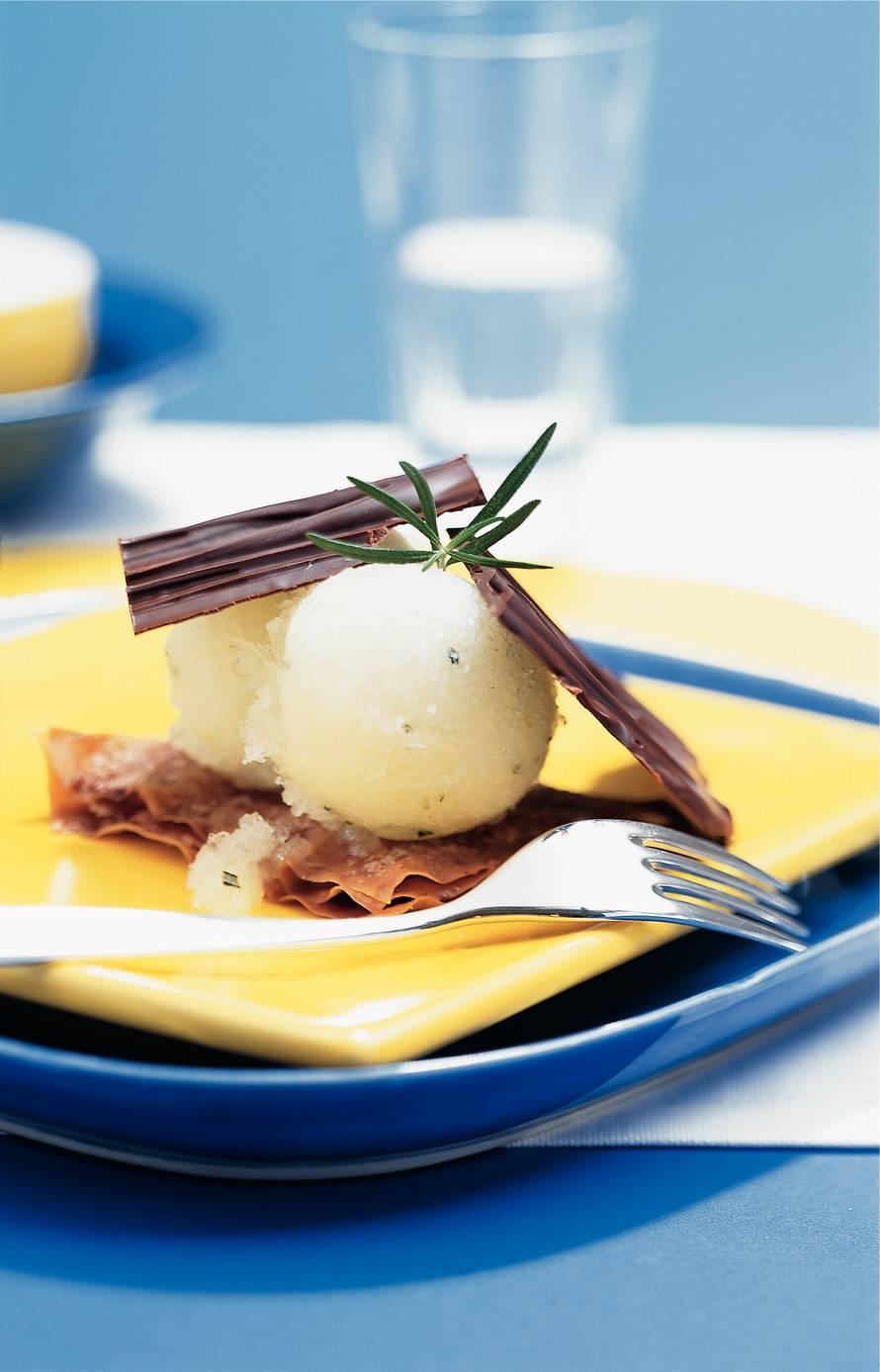Tompouce Napoleon van melkchocolade en appel-rozemarijnijs