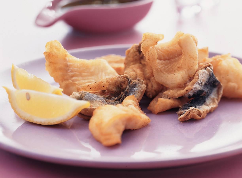 Gemengde gefrituurde vis met knoflookdressing