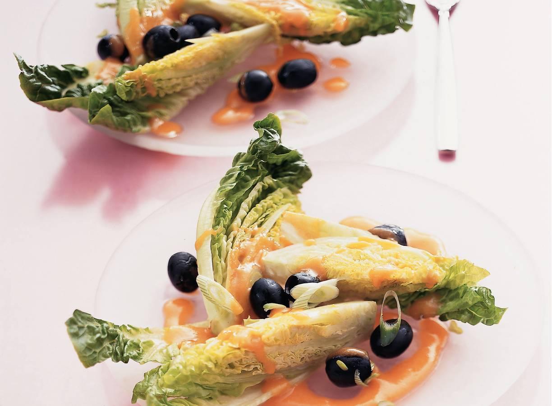 Little-gemsalade met tomaten-dressing