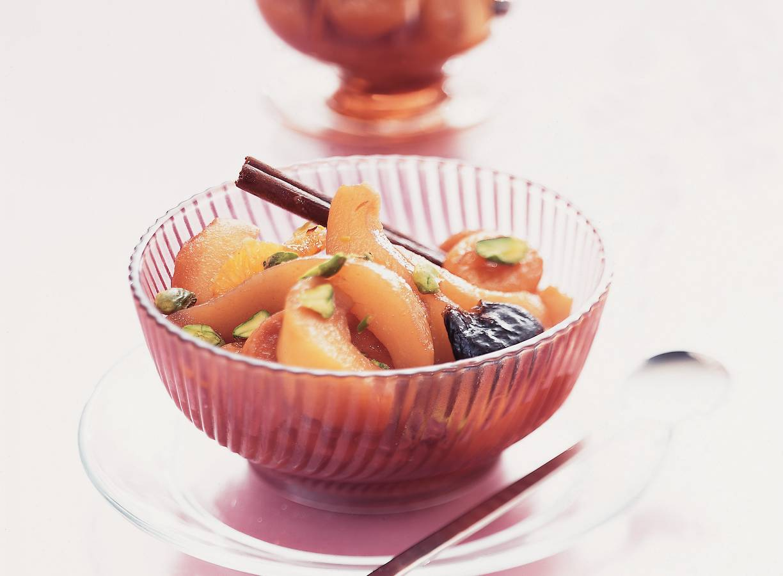 Vers en gedroogd fruit in rode-wijnsiroop