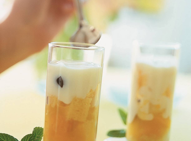 Minitrifles met gemengd fruit en yoghurtroom