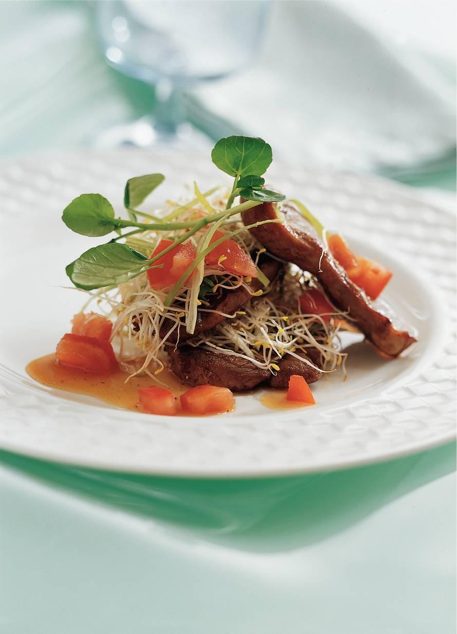 Lamsboutsalade met tomaat-sojasalsa