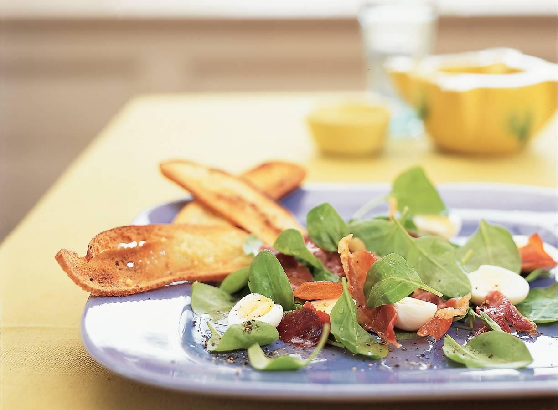 Spinaziesalade met kwarteleitjes en rauwe ham