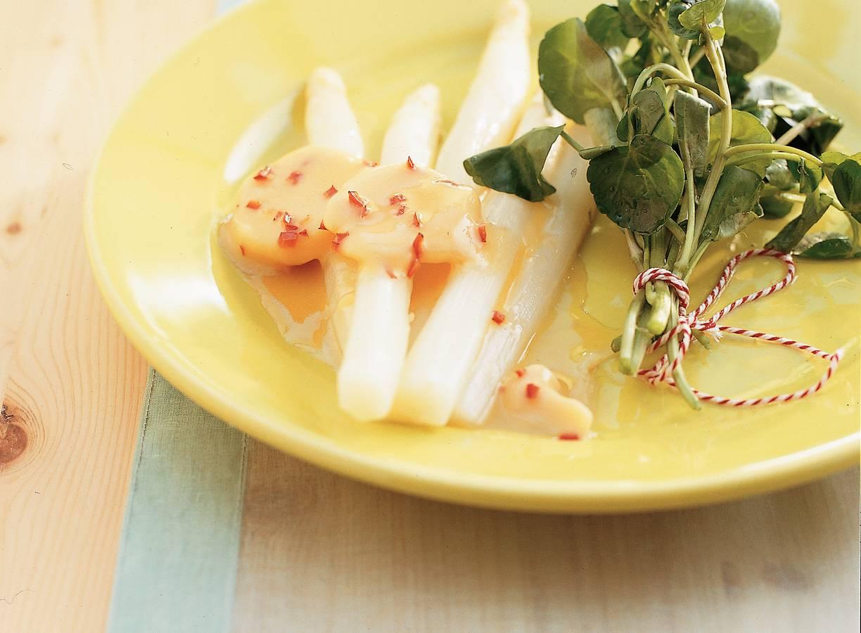 Witte asperges met sereh-sojaboter