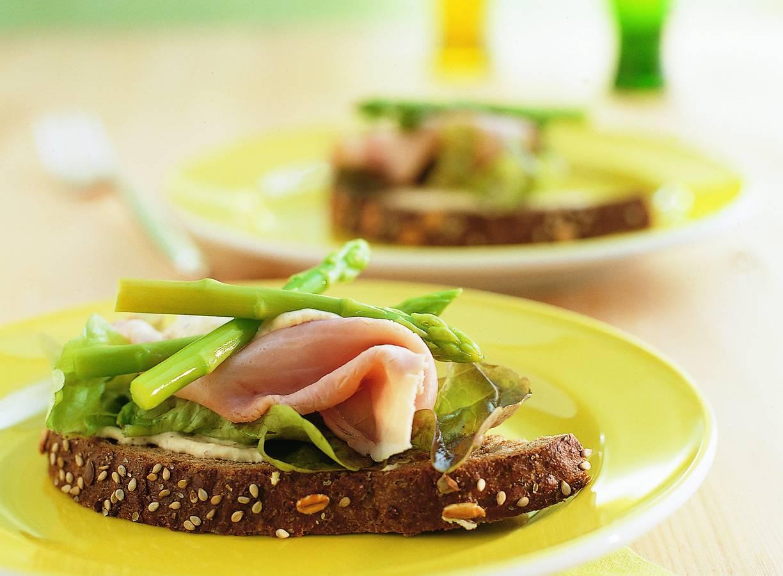Sandwich met groene aspergetips en mosterdcrème