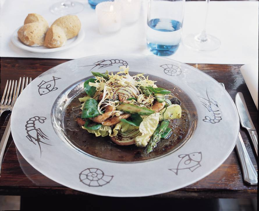 Rolletjes van serranoham en pesto met groene asperges en  garnalen