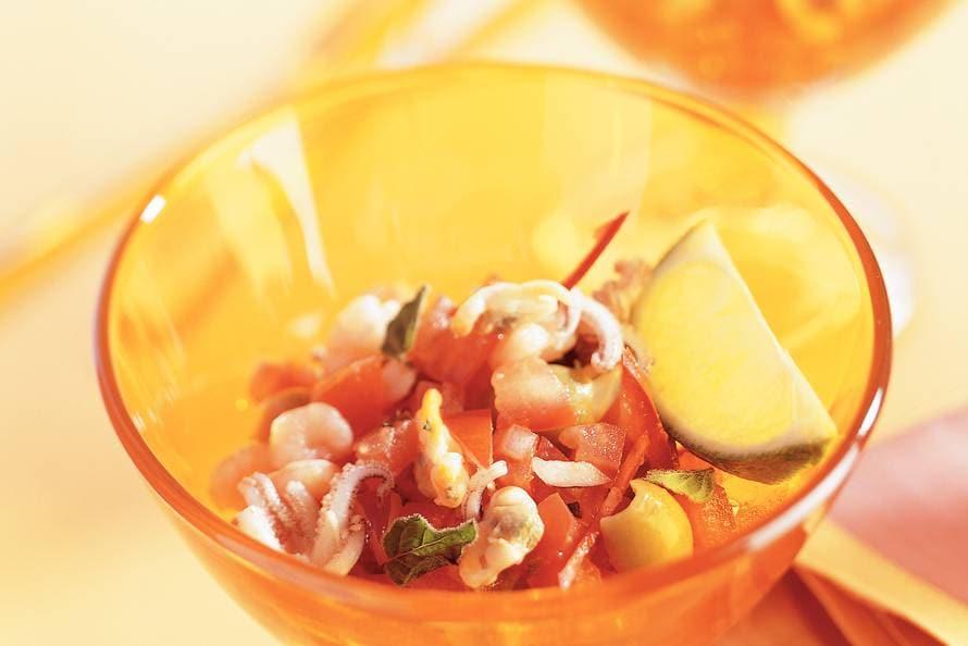 Cocktail met gemarineerde tomaten en zeefruit