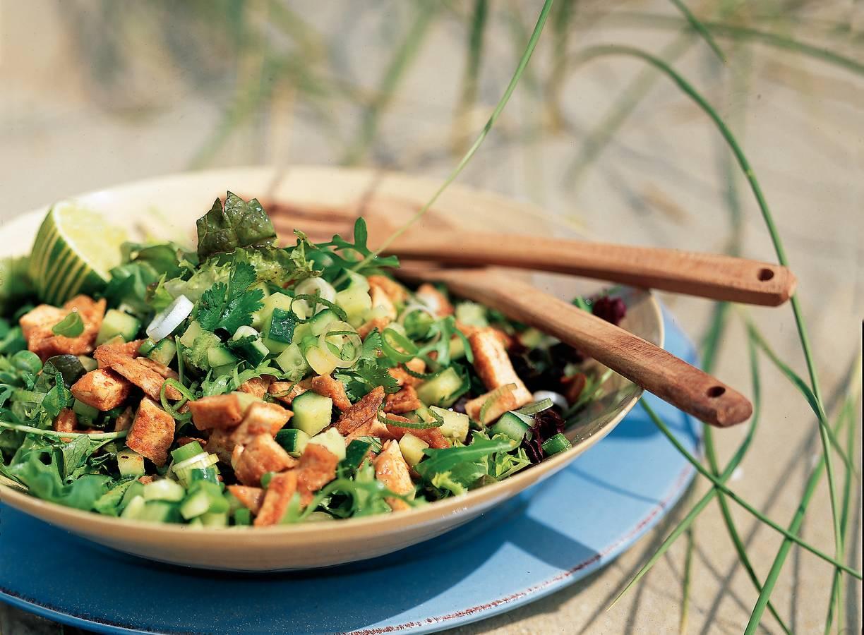 Oosterse salade met fijngehakte tofu