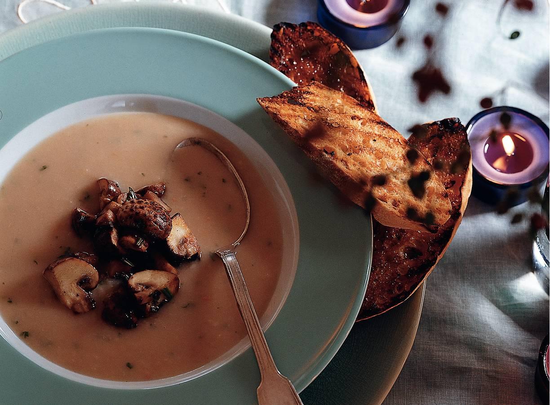 Witte-bonensoep met kastanjechampignons en rozemarijn-bruschetta