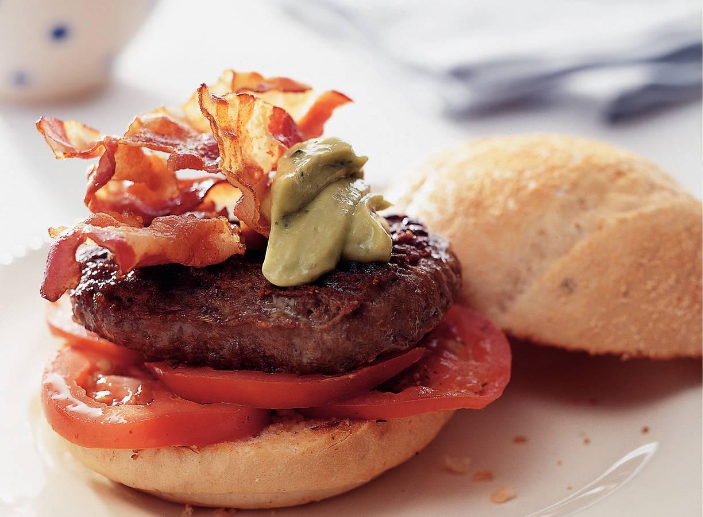 Hamburger met spek, avocadodip en tomaat