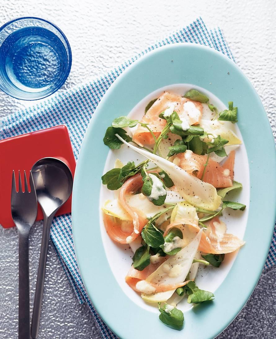 Salade met gerookte zalm en sinaasappeldressing