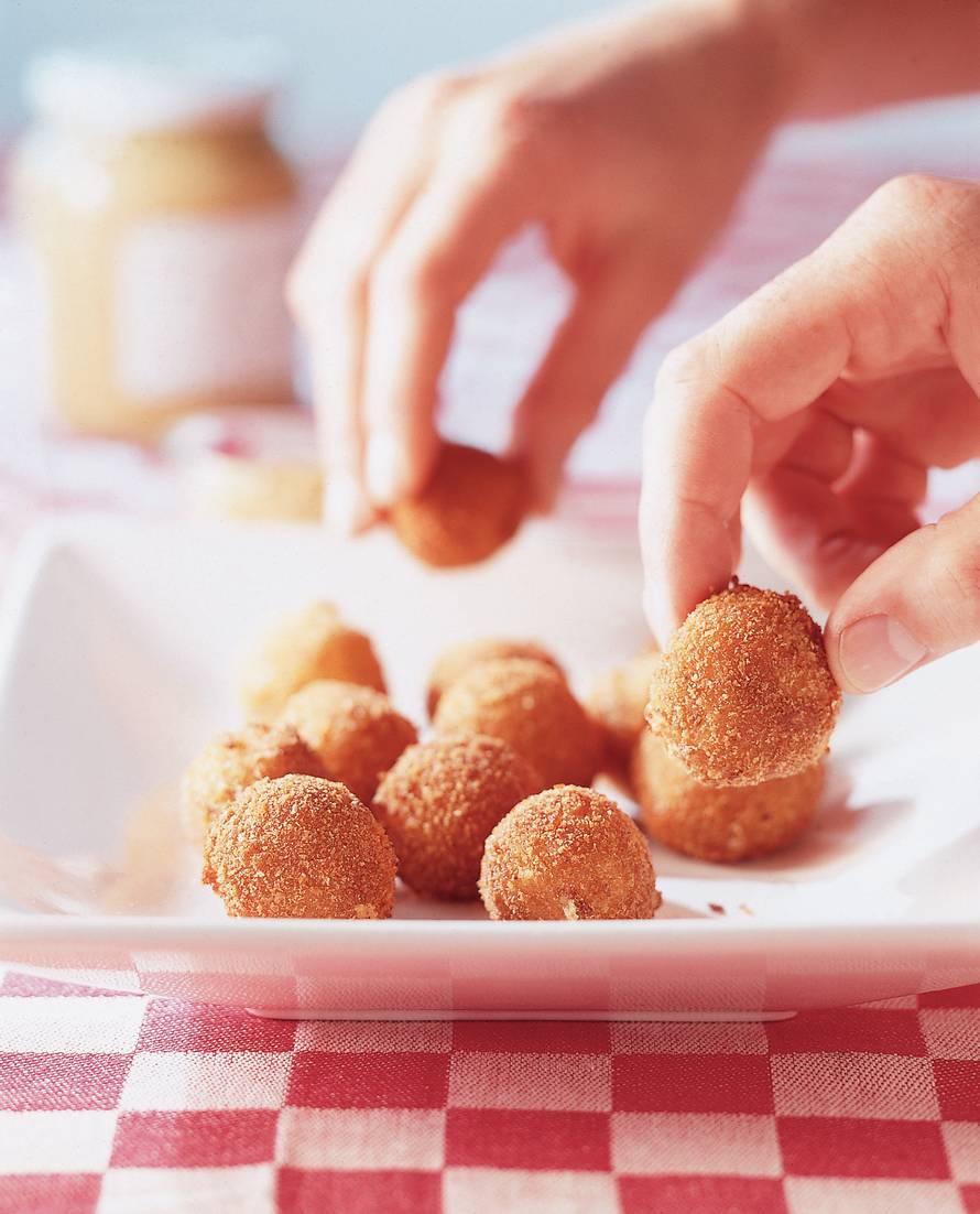 Bitterballen van Friese nagelkaas