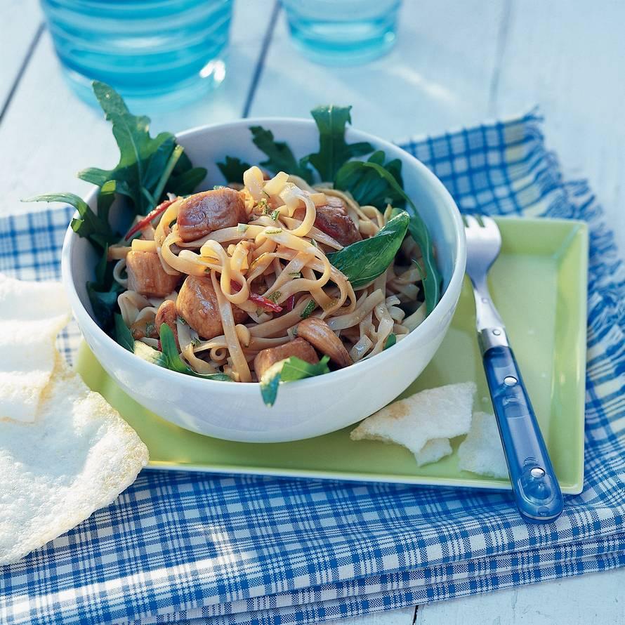 Lauwwarme noedelsalade met gemarineerde tonijn