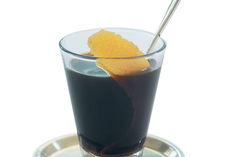 Koffie met bruine rum en sinaasappel