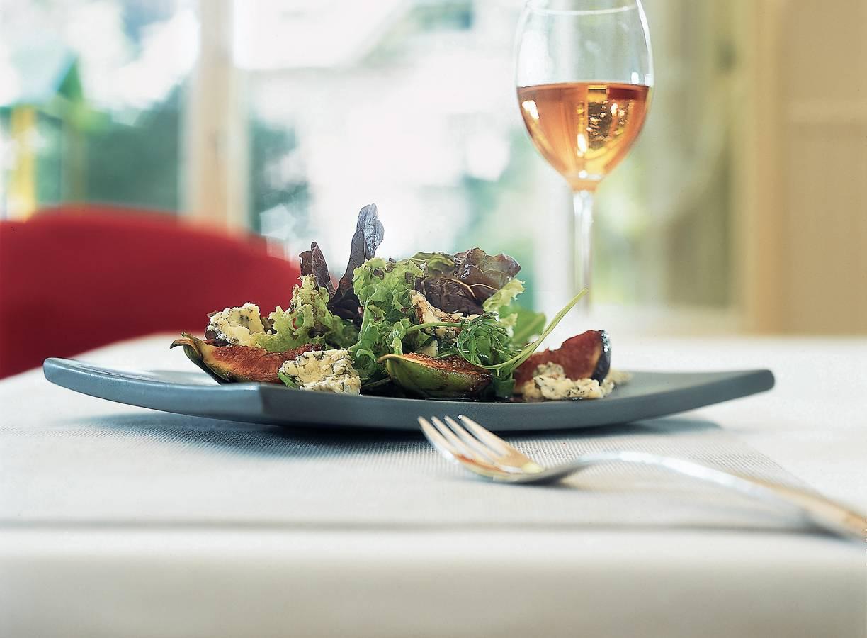 Salade met warme gemarineerde vijgen en blauwe kaas