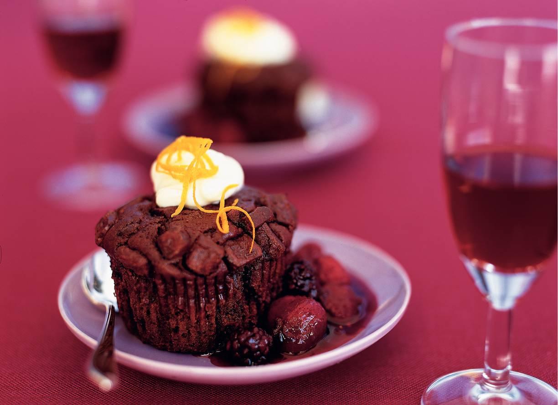 Chocoladecake met bosvruchtensaus
