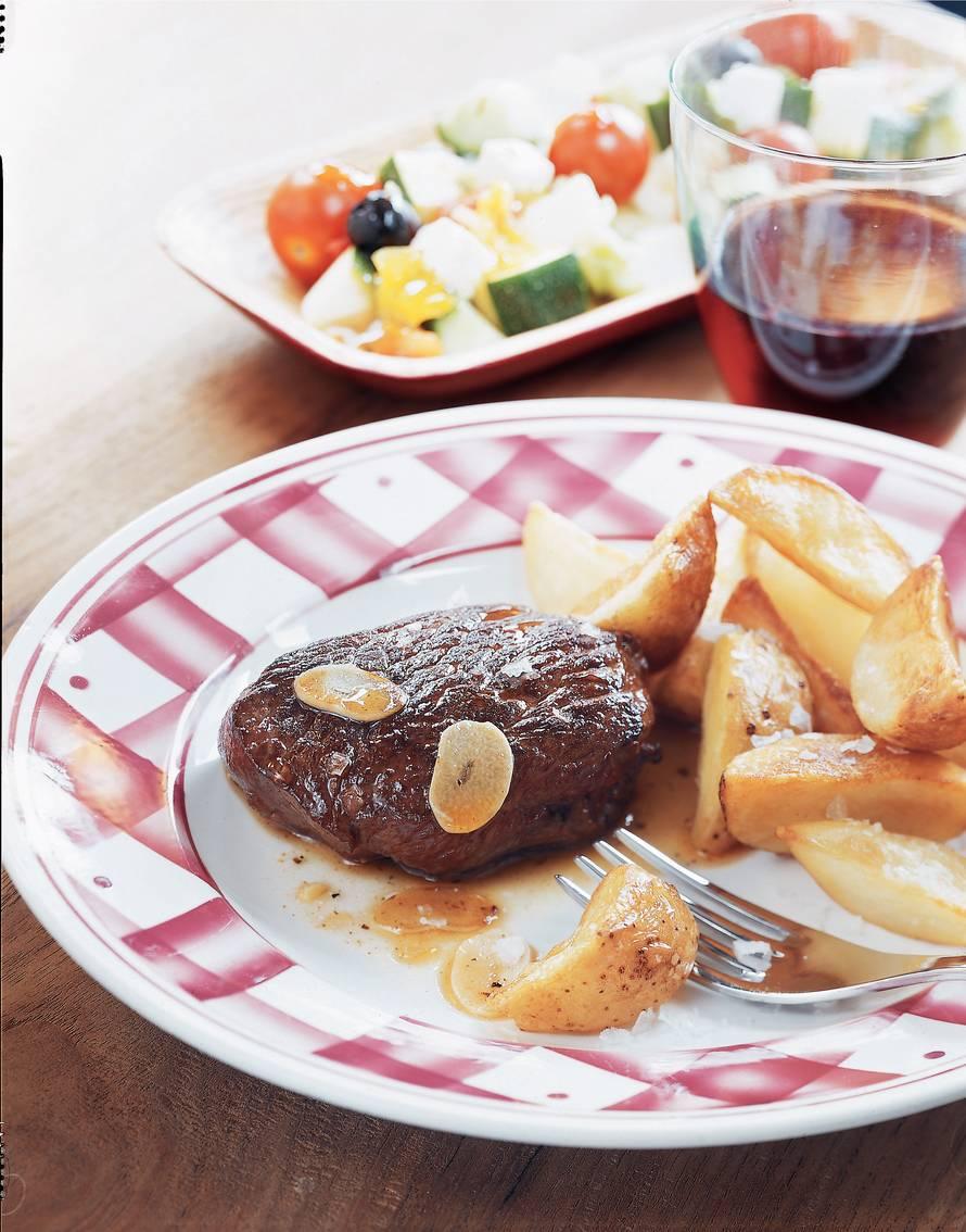 Knoflookbiefstuk met frites en salade