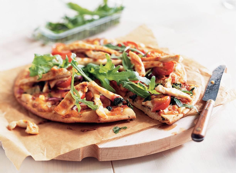 Pizza met gegrilde kip