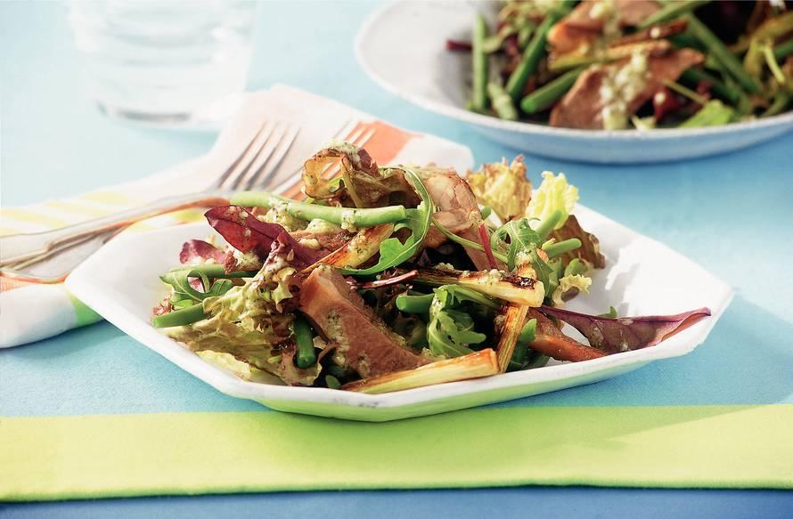 Gemengde salade met lamsvlees en muntdressing