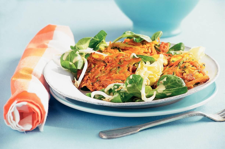 Salade van groentekerriekoekjes met tofu