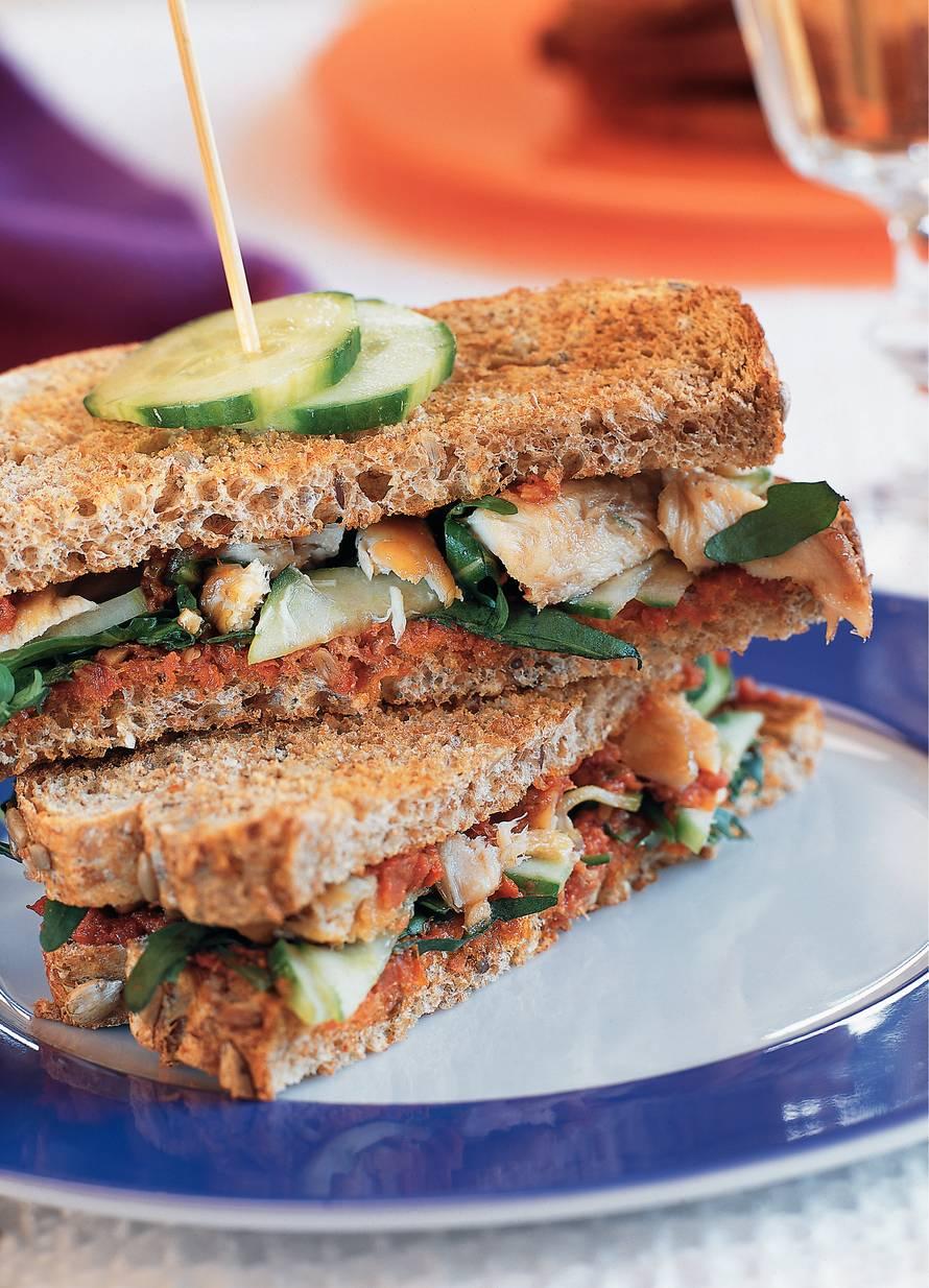Mediterrane clubsandwich met makreel