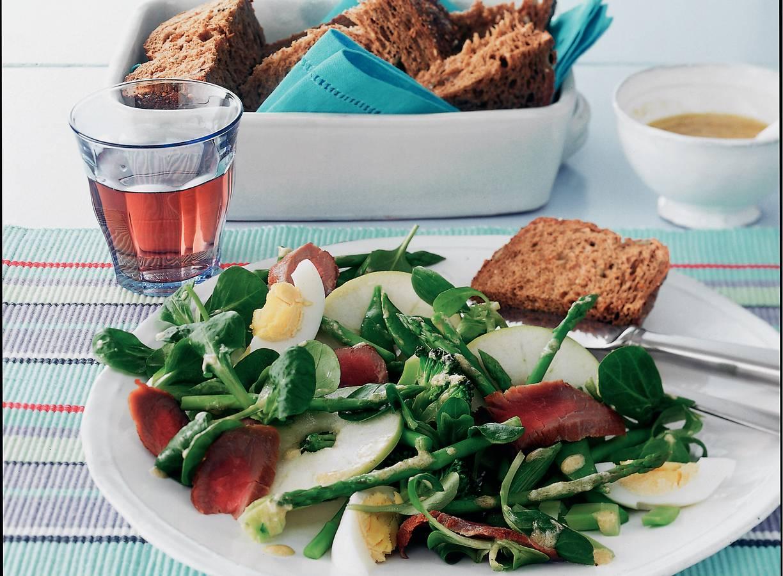 Groene salade met struisvogelbiefstuk en ei