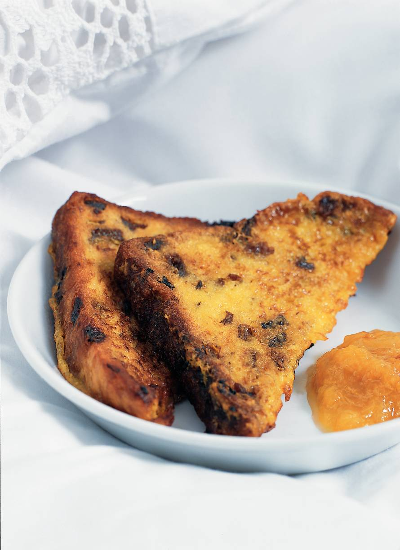 Verloren rozijnenbrood met abrikozenmoes