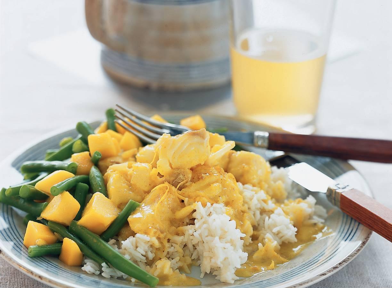Milde viscurry met sperziebonen-mangosalade