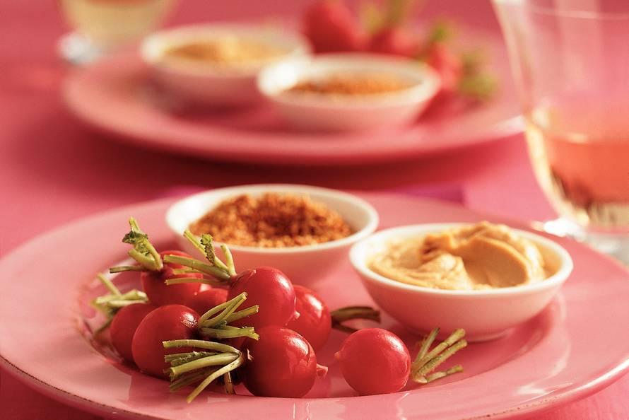 Radijs met hummus en sesamzaad