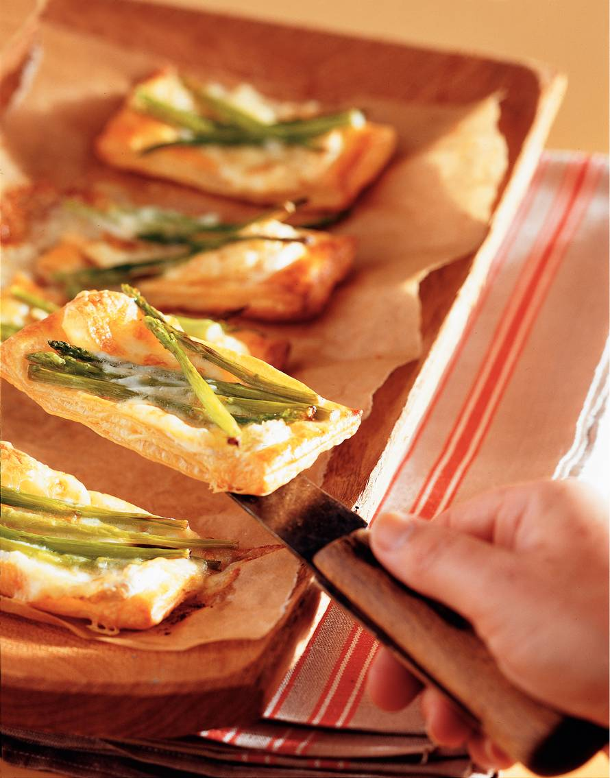 Bladerdeeghapjes brie met groene aspergetips