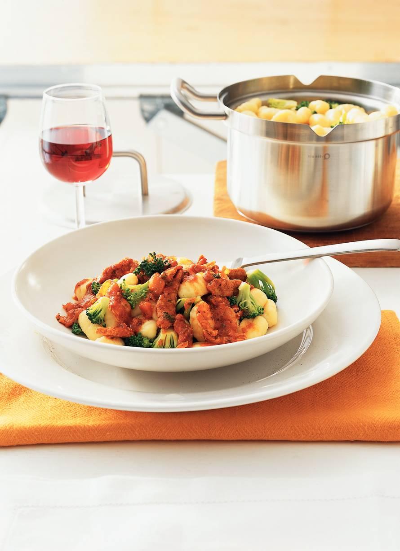 Gnocchi met tomatensaus, schnitzel en spekjes